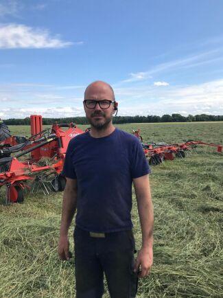 - Det är i alla fall bra bärgningsförhållanden i torkan, säger Thomas Nilsson på Tolerup Hästfoder och Maskin i Kil.