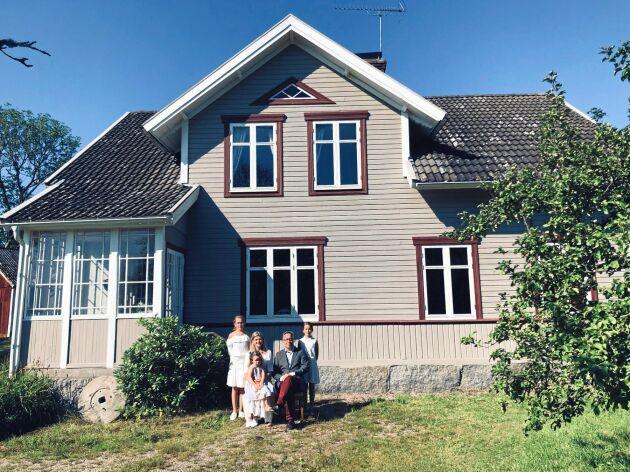Familjen de Schaetzen Lilliehöök har nu kopierat bilden genom att ställa upp sig på samma vis framför huset.