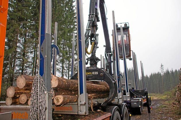 Sänkningen görs mot bakgrund av ett stort utbud av grantimmer i Sverige och Centraleuropa.