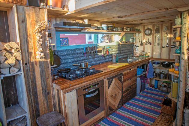 KÖK. Ett fullt utrustat kök med husvagnsel till kylskåpet gör det enkelt att leva i huset.