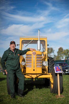 Curt Axelsson, från Munkabo med sin BM-traktor av modell Boxer 350 från 1961.