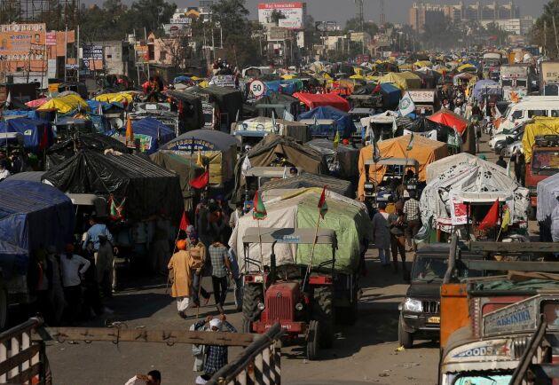 På gränsen mellan Haryana och Delhi står fordon och tält uppställda i protest mot en avreglering av jordbruket som infördes av regeringen i september. Både säkerhetsstyrkor och demonstranter har barrikaderat sig och blockerar vägar in mot huvudstaden.