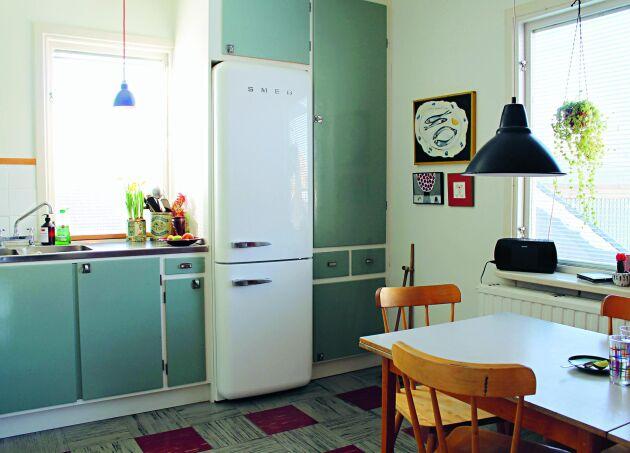 Ibland får man leta länge innan man hittar reservdelar till äldre hus. Här ett tidstypiskt funkiskök - med köksstommar som är återbrukade från ett annat hus, då den tidigare ägaren här hade rivit ut originalköket.