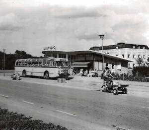 Mötesplats. Bussen till Linköping är redo för avgång. Trafikkiosken i läcker funkisstil innehöll kiosk, korvkiosk, uppehållsrum för chaufförer, väntsal, telegramlucka och telefonhytter. I dag är den pizzeria.
