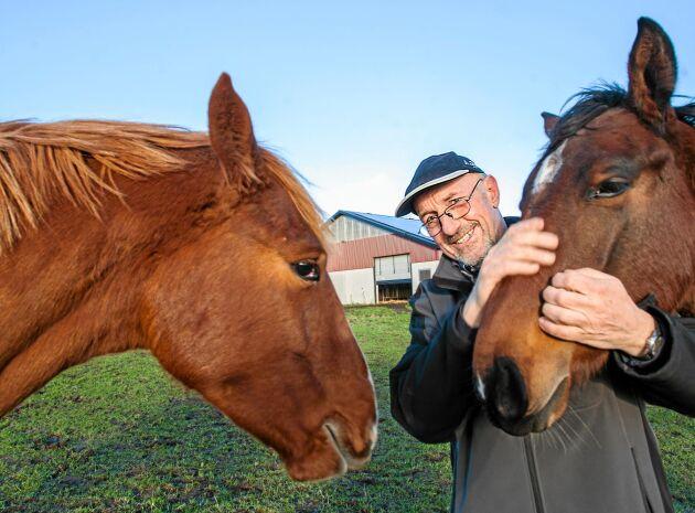Stefan med två av sina älskade sina hästar. Messi och Prins La Silla, som också finns på gården. Han har tagit upp hobbyn fältritt.