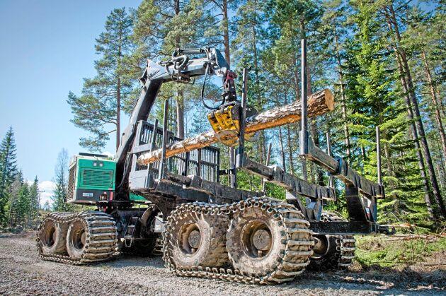 Land Skogsbruk. MED HJÄLP AV EN STOCK BREDDAS LASTFÖRMÅGA FÖR SKOTARLÄGE PÅ Sveaskogs Amerikanska Timberpro. Skogsmaskinen som man på ett enkelt sätt kan bygga om från skördare till skotare. Personerna på bild är maskinförare Christer Hallgren från Avesta, tel 070-787 32 50 och Lennart Hult (klädd i reflexväst) från Sveaskog, tel. 070-625 04 65. Best. Åsa Nilsson Rönnqvist. Text: Lars Vernersson. Foto: Trons