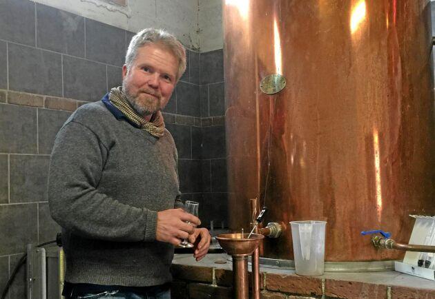 Jan Rothman på besök vid bränneriet i Frankrike.
