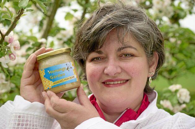 Monica Larsson med företagets egenproducerade honung. Målet är att öka produktionen från cirka 15 ton till 30 ton per år.