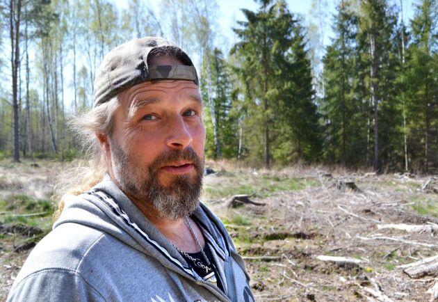 Vid avverkning på grannfastigheten gick Sveaskog över gränsen in på hans mark, anser Marcus Werjefeldt, Hjo.