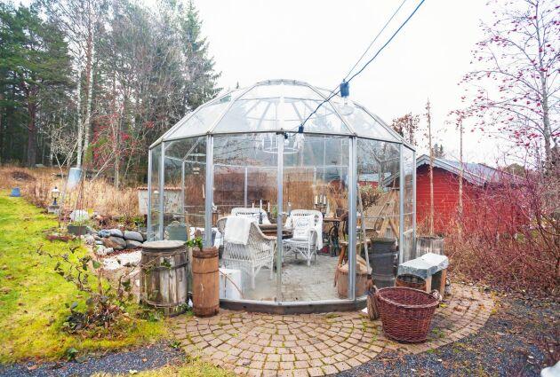 Även trädgården har sköna platser för vila, som i det runda växthuset.