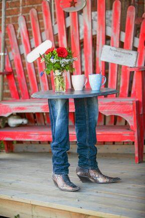 Bord med jeansben. Foto: Eva-lisa Svensson.
