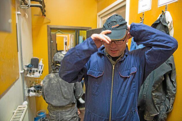 """Mikael Gilbertsson på väg in i ett av sina värphönsstall. Här gick också djurrättsaktivister in och spelade in en video om sin så kallade """"fritagning"""" av höns. De stulna hönsen togs sedan till ett """"djurhem"""" för att kastrera hönorna så att de aldrig mer ska kunna lägga ägg."""