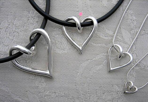 Tove Larsson tillverkar silverhjärtan i sin hemateljé. De finns att köpa i fyra olika storlekar i Land shopping.