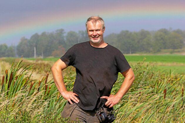 Växlande väder lockar fram regnbågen över en av Fredrik Anderssons fosfordammar.