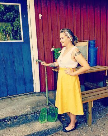 Ida Larsson i Halmstad har pappas IH B 250 avbildad på armen.