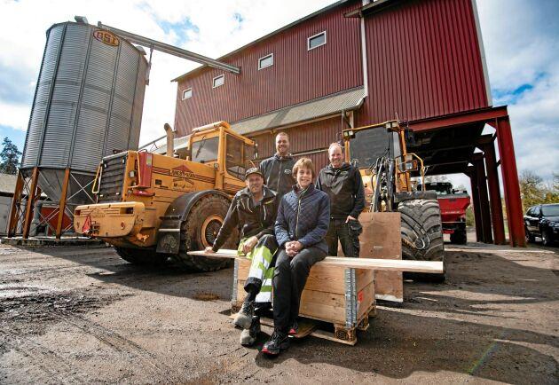 Att ha kul på jobbet och ge unga en chans att komma in i lantbruksnäringen är viktigt för ägarna bakom Wiggeby Jordbruk. Från vänster Håkan Eriksson, Jonas Östlund, Teri Lee Eriksson och Jonas Andersson.
