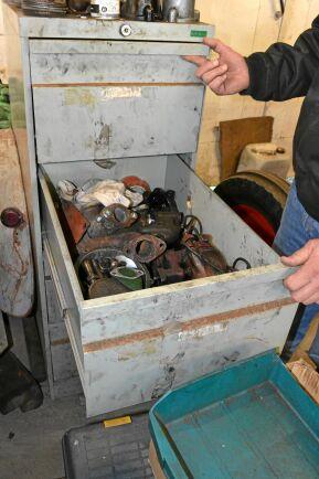 I en av lådorna i en av maskinhallarna finns vattenpumpar, oljepumpar och andra saker som är lite svåra att få tag på och som lätt kan gå sönder.