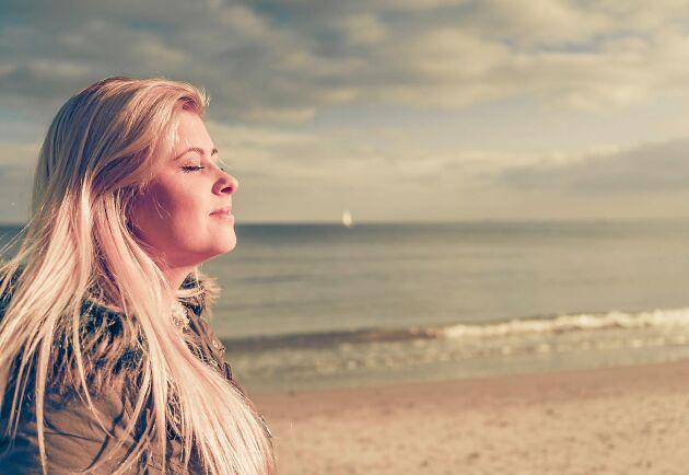 När solens ultravioletta strålning träffar huden startar en kemisk reaktion som bildar D-vitamin.