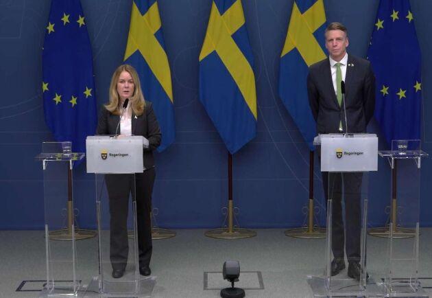 Landsbygdsminister Jennie Nilsson (S) och finansmarknadsminister Per Bolund (MP) på pressträffen.