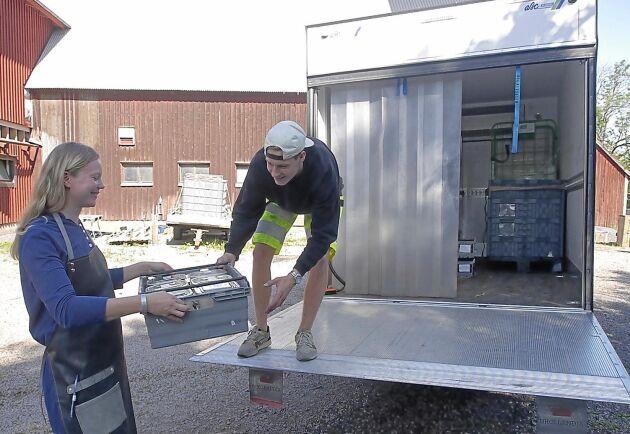 Matteus Sonninger Denny hämtar gröna produkter varannan dag hos Ellinor Helgesson.