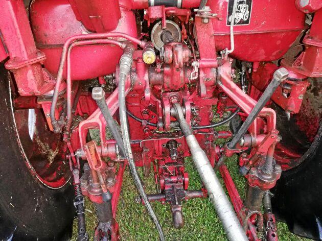 Enligt idén skulle en manometer kunna monteras vid hydraulikens trycksida. När dragkroken belastas ändras trycket. Värdet på manometern kan sedan omvandlas till kilogram och släpets vikt kan visas på en display i traktorn.