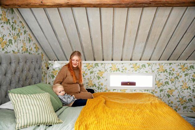 Madelene och Tage myser i sovrummet med härligt gulblommig tapet.