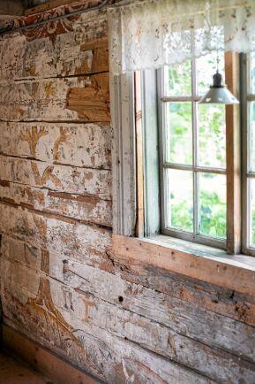 I gårdens gammelstuga finns välbevarade väggmålningar från 1600-talet och gamla lantbruksredskap.
