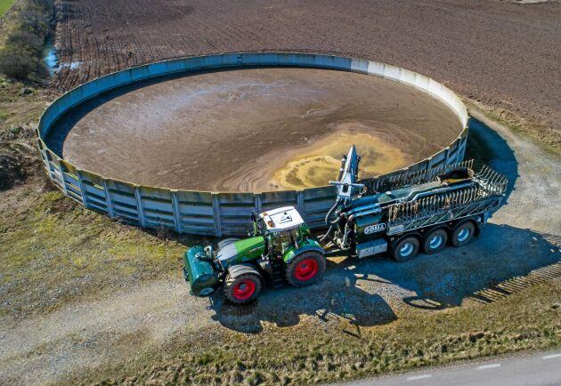 På någon minut fylls både tunna och fronttank med totalt 28 kubikmeter flytgödsel.