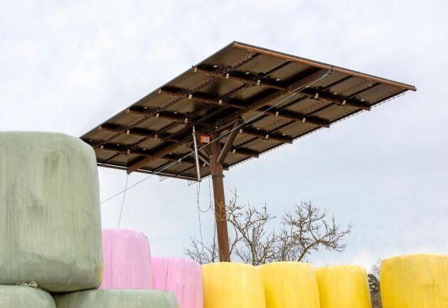 Den rörliga solfångaren på Källingby gård är fastbultad i en klipphäll intill ladugården. Den utgör ungefär hälften av gårdens totala solcellsanläggning. Resterande är takpaneler som är monterade på gårdens magasin.