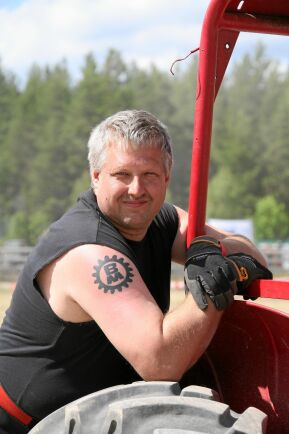 Sven-Inge Larssons favoritmärke bland traktorer är Volvo BM, så mycket att företagets logga finns intatuerat på armen.