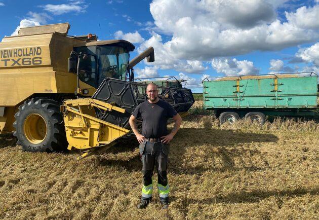 Robin Hansson odlar 200 hektar höstvete, maltkorn, råg, raps, och ärter.