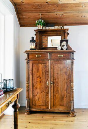 Den vackra, antika skänken passar bra i det flera hundra år gamla huset.