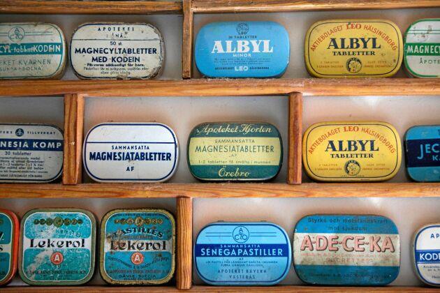 Gamla medicinaskar, några för värktabletter med acetylsalicylsyra.