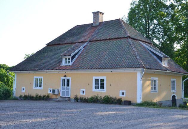 Flyglarna på gården är från 1734.