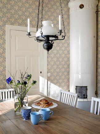 Matsalen är vackert renoverad, med gammaldags tapeter, trägolv, och höga lister. (Tapet: Duro Gammelsvenska tapeter Elsagården)
