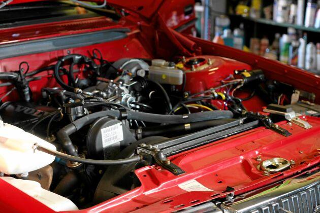 Lika fin inuti motor som utanpå är Henriks körsbärsröda Volvo 240 GL.