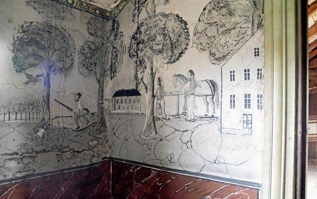 På väggarna är storbondens egna målningar bevarade.