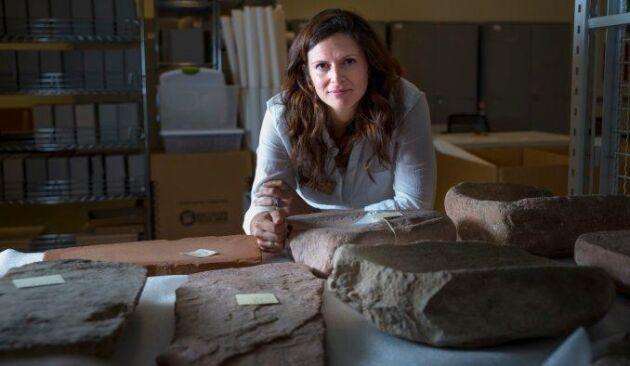Arkeologen Lisbeth Louderback vid Naturhistoriska museet i Utah med några av de malstenar som användes för att göra världens första potatismjöl.