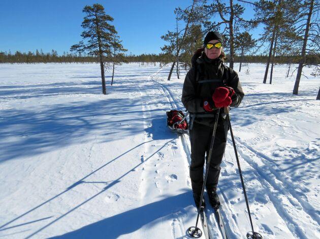 Mellan vandrarstugorna (ej STF) i Muddus nationalpark finns ingen vinterled, men särskilt på myrarna går det bra att ta sig fram på skidor. Stugorna är obemannade. Elin (bilden) och Håkan Steen behövde pulka för att få med sig mat för fem dagar.