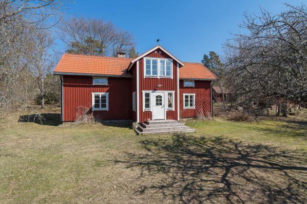 Det större bostadshuset, som är Gräsös gamla skogvaktarbostad, består av fyra rum och kök med övernattningsmöjlighet för 8–10 personer.