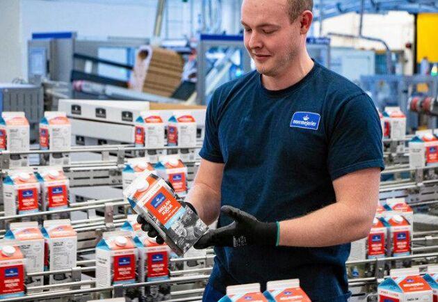 Operatör Jonatan Karlsson är med och kör i gång Norrmejeriers nya förpackningsmaskin i Umeå.