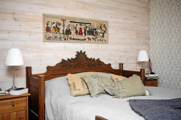 Sovrummet med antik sänggavel och klassiskt dalamotiv på tygbonaden.