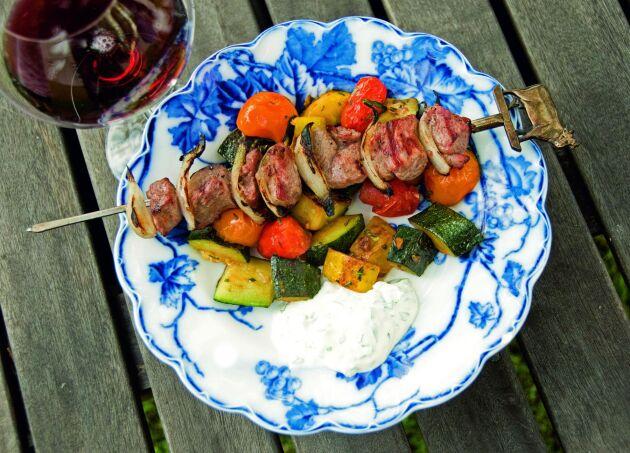 Servera lammspetten med wokad squash, tomat och vitlök.