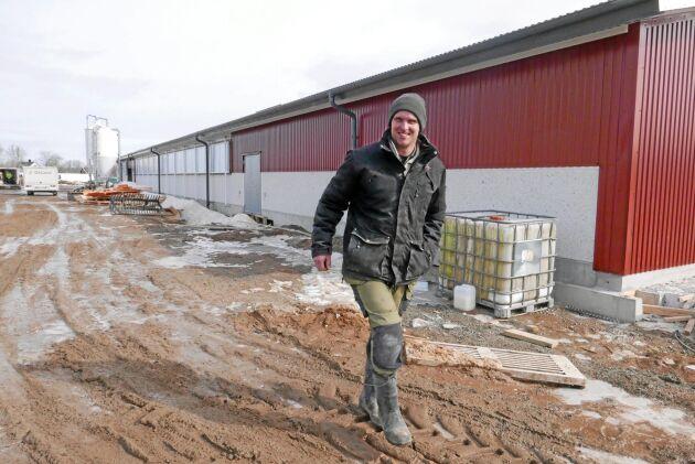 Christer Johansson hade inte en tanke på att bygga nytt innan branden. Men nu är nya kostallet på plats - med brandväggar och hög säkerhet.