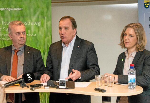 Sven-Erik Bucht, Stefan Löfven och Karolina Skog presenterar första paketet i Livsmedelsstrategin.