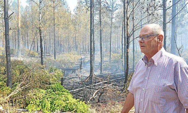 Delar av Jan Oscarssons skog eldhärjas just nu. Han hoppas få skadestånd eller ersättningsskog när väl branden är släckt.