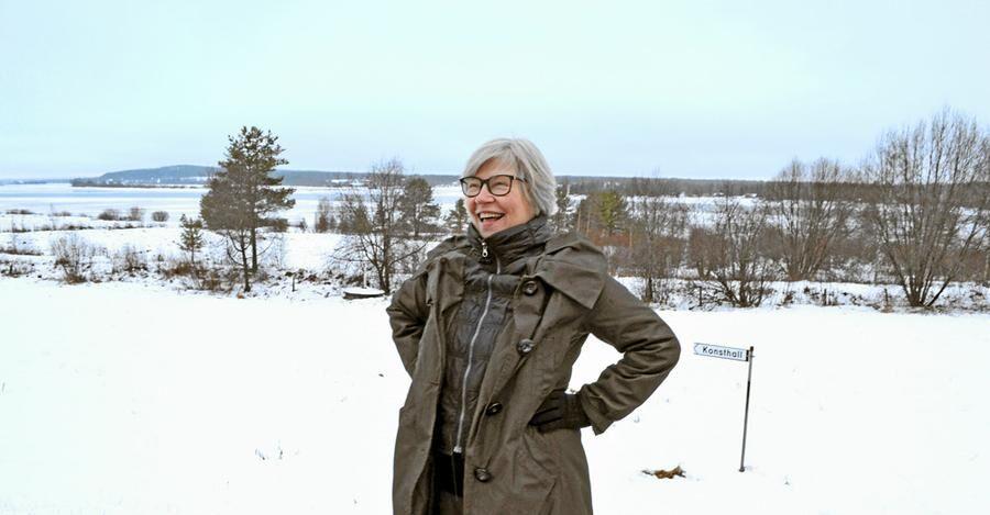 Gunhild Stensmyr vid tomten där Konsthall Tornedalen ska byggas.