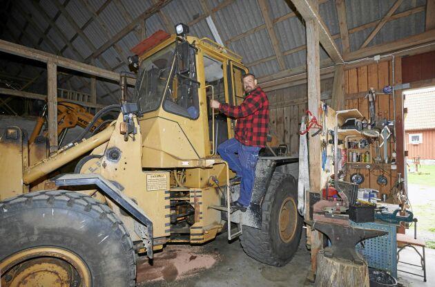 Marcus älskar maskiner av olika slag. I ladan har han, förutom sin farfars gamla traktor från 1958, en hjullastare