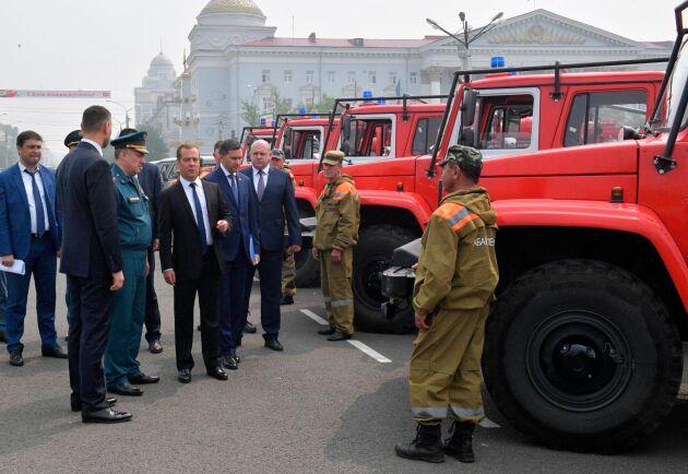 Rysslands premiärminister Dmitrij Medvedev inspekterar brandfordon på Lenintorget i Tjita i södra Sibirien