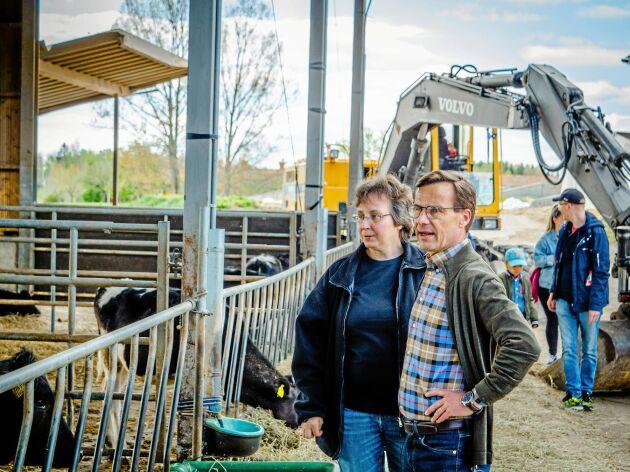 Paula Pönniäinen visade runt på Äspetorps gård då moderatledaren Ulf Kristersson kom på besök.